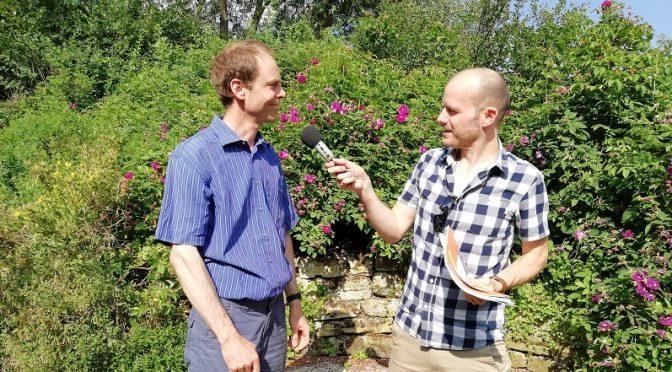 Der SWR interviewt den Arbeitskreis Naturnahes Grün zum Naturschaugarten und zum Artenschutz. Von li. n. re : Christoph Weinrich vom AK und Dominik Bartoschek vom SWR