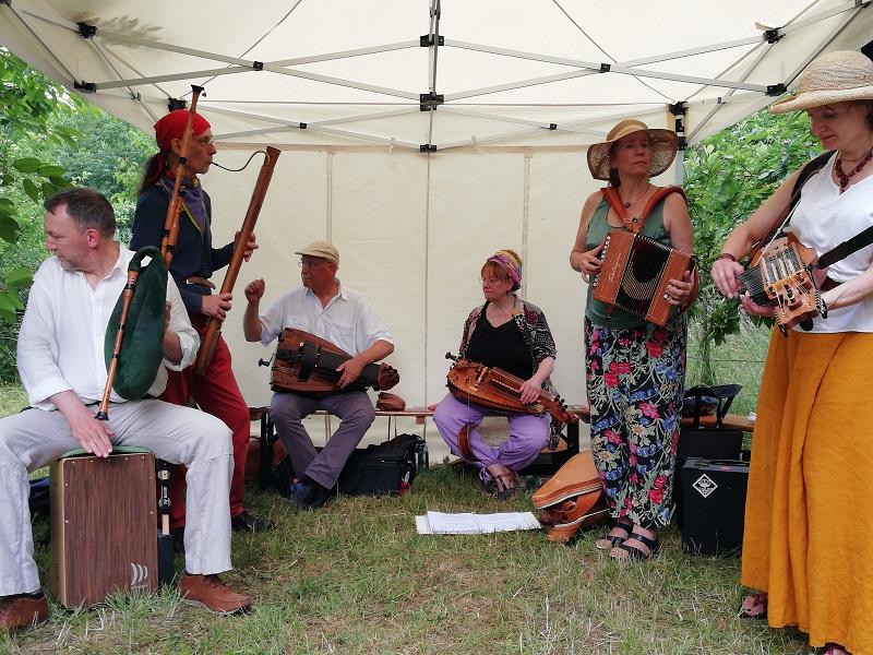 Die Folkband Bal-o-naise spielt auf dem Blütenfest im Naturschaugarten Lindenmühle