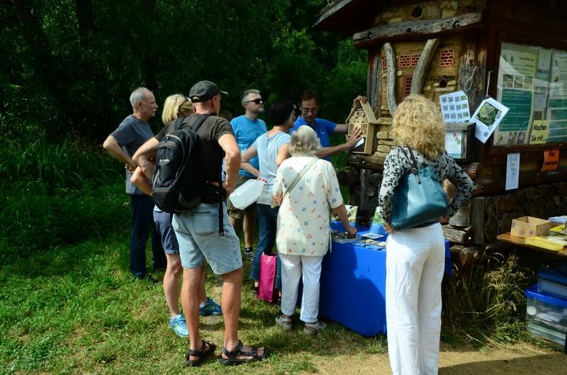 Christian Henkes vom NABU führt durch den Naturschaugarten Lindenmühle