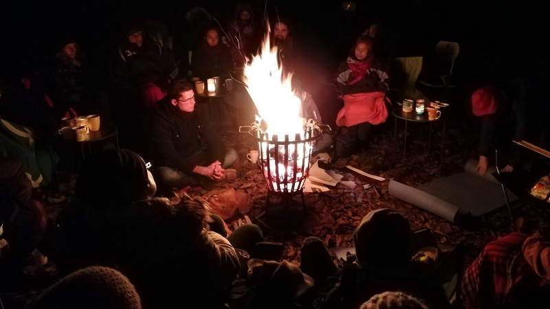 Rund um den Feuerkorb sitzt man und lauscht den Geschichten.
