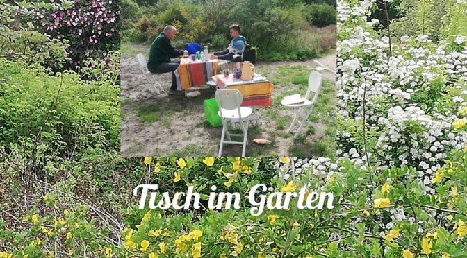 Tisch im Garten – eine Einladung